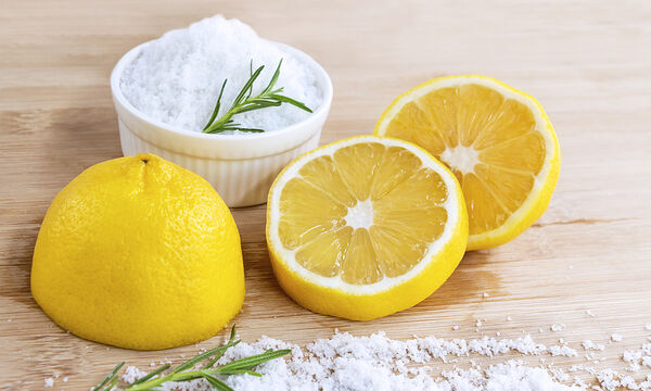 Tips για μαμάδες: DIY scrub προσώπου με λεμόνι και αλάτι για βαθύ καθαρισμό