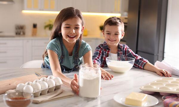 Μαγειρεύουμε παίζοντας: Γλυκό ψυγείου με φρυγανιές έτοιμο σε 15 λεπτά
