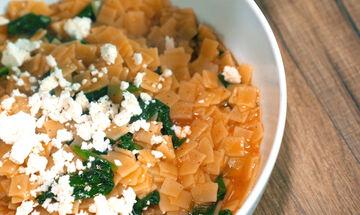 Χυλοπιτάκι κοκκινιστό με σπανάκι - Εύκολη και γρήγορη συνταγή