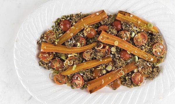 Σαλάτα με ψητά καρότα, ροβίτσα, κινόα και ντοματίνια