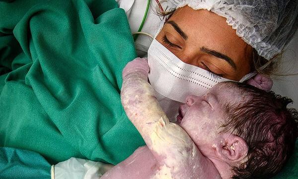Η φώτο της μητέρας με τη μάσκα και το νεογέννητο αγκαλιά που έγινε viral