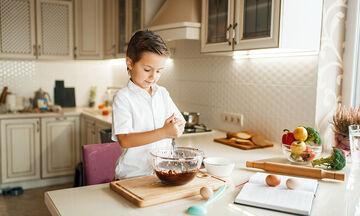 Κέικ σοκολάτας που θα φτιάξετε με θρυμματισμένα μπισκότα (vid)