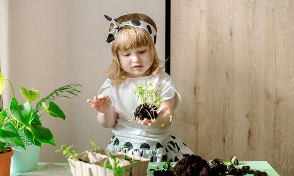 Πασχαλινή διασκέδαση: Φυτέψτε λουλούδια σε γλαστράκια με τα παιδιά (pics)