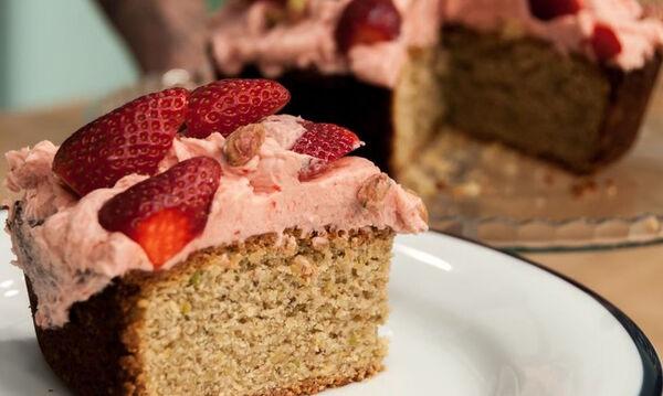 Κέικ με φιστίκια και φράουλες - Μία ανοιξιάτικη συνταγή