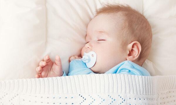 Είναι ασφαλές το μωρό να κοιμάται το βράδυ με την πιπίλα;