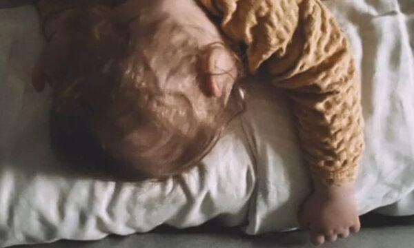 Γιος γνωστού ηθοποιού κοιμάται του καλού καιρού (pics)