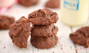 Μαγειρεύουμε παίζοντας: Μπισκότα σοκολάτας με 3 υλικά
