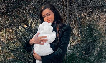Όλγα Φαρμάκη: Βόλτα με την κόρη της και ανοιξιάτικο look (pics)