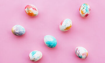 Πώς θα βάψουν τα παιδιά σας πασχαλινά αβγά με μακαρόνια και κριθαράκι