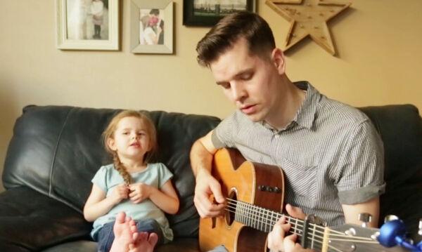 Μπαμπάς και κόρη τραγουδούν και «ρίχνουν» το διαδίκτυο (vid)