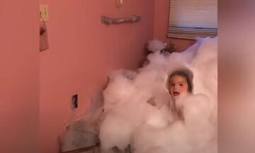 Προσπαθήστε να μη γελάσετε: Απίθανα στιγμιότυπα με μικρά μέσα στην μπανιέρα