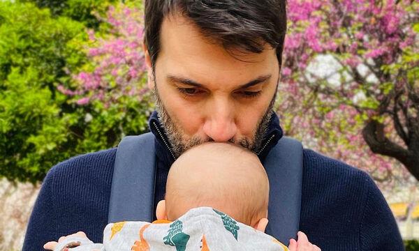 Π. Χατζηδάκης: Ακούει παιδικό τραγούδι και χορεύει μπροστά στον γιο του