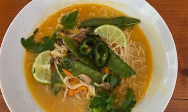 Συνταγή για Healthy Vegan Curry Ramen Noodles (Γράφει η Majenco στο Queen.gr)