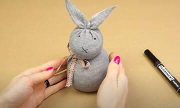 Φτιάξτε πασχαλινά λαγουδάκια από παλιές κάλτσες - Δείτε πώς