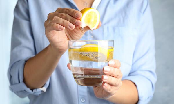 Νερό με λεμόνι: Έξι απίθανα οφέλη για τον οργανισμό