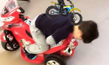 Ο γιος Ελληνίδας ηθοποιού έχει τον δικό του τρόπο να οδηγεί τη μηχανή του
