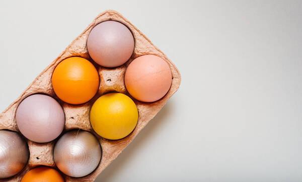 Αυτός είναι ο πιο γρήγορος τρόπος να βάψετε τα αυγά την τελευταία στιγμή