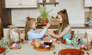 Μεγάλη Πέμπτη βάφουμε αυγά με τα παιδιά μας με πολλούς διαφορετικούς τρόπους
