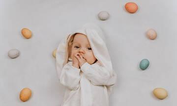 Μωράκια φωτογραφίζονται με πασχαλινά αυγά και είναι αξιολάτρευτα