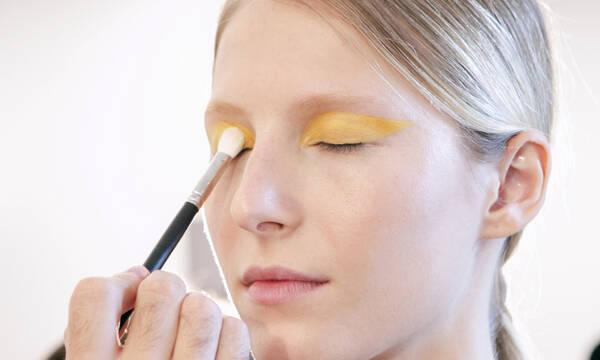 Κι όμως! Η κίτρινη σκιά μπορεί να σε κάνει και πιο όμορφη και πιο… αισιόδοξη