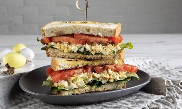 Σας περίσσεψαν πασχαλινά αυγά; Φτιάξτε αυτό το λαχταριστό σάντουιτς