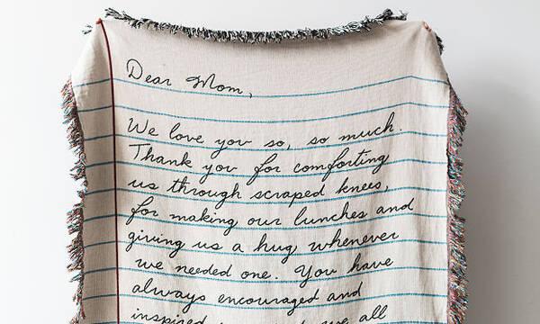 Αυτή η κουβέρτα με το ιδιόχειρο σημείωμα είναι το καλύτερο δώρο για τη μαμά