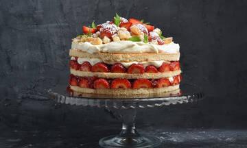 Ανοιξιάτικη τούρτα με φράουλες και έτοιμο παντεσπάνι