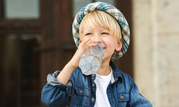 Δεν πίνει το παιδί πολύ νερό; Δοκιμάστε αυτά τα tips