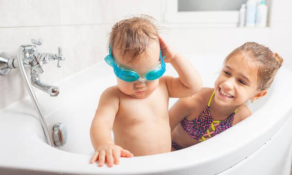 Πώς θα μάθετε στο παιδί σας να κολυμπάει