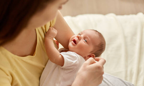 Έρευνα: Η σωματική επαφή με το μωρό συμβάλλει στην εγκεφαλική του ανάπτυξη