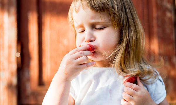 Λεκές από φράουλα στα ρούχα; Δείτε πώς θα τον αφαιρέσετε αποτελεσματικά