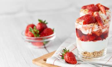Yγιεινά σνακ με φράουλες που θα σας βοηθήσουν να χάσετε βάρος