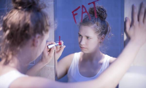 Πώς πρέπει να αντιδράτε όταν η κόρη σας πιστεύει ότι είναι παχουλή