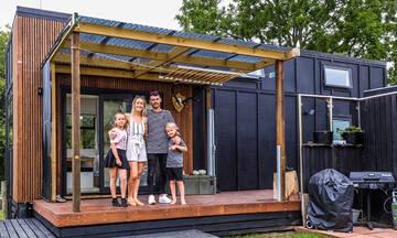 Αυτή η οικογένεια μένει σε ένα πανέμορφο μικροσκοπικό σπίτι -Δείτε το