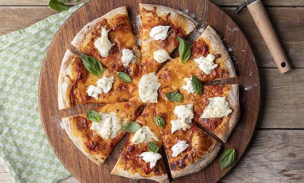 Πίτσα μαργαρίτα με σπιτική ζύμη - Φτιάξτε την όπως ο Άκης