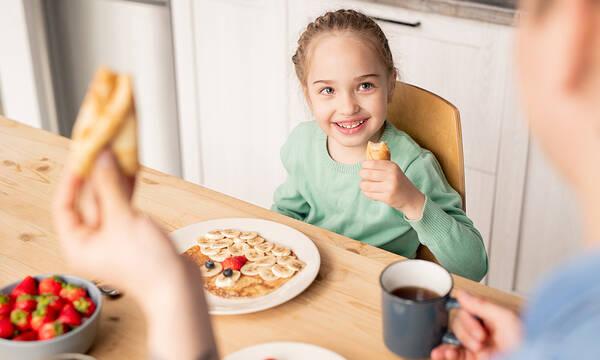Κρέπες με φράουλες και κρέμα - Το πιο yummy πρωινό για παιδιά (vid)
