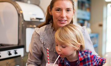 Jools Oliver-Η σύζυγος του Jamie Oliver φτιάχνει το smoothie των παιδιών της