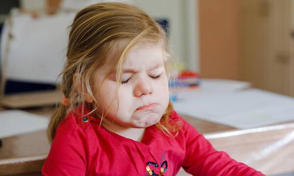Όταν το παιδί κλαψουρίζει πώς πρέπει να αντιδράσουν οι γονείς;