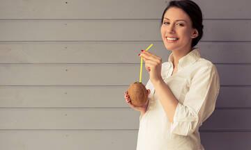 Νερό καρύδας στην εγκυμοσύνη: Τα οφέλη για την έγκυο και το έμβρυο