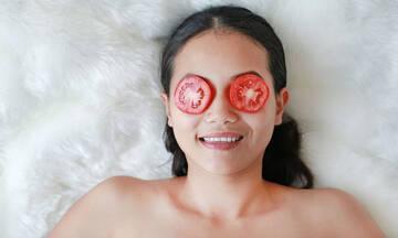 Tips για μαμάδες: Σπιτική μάσκα προσώπου με ντομάτα για λάμψη και λεύκανση
