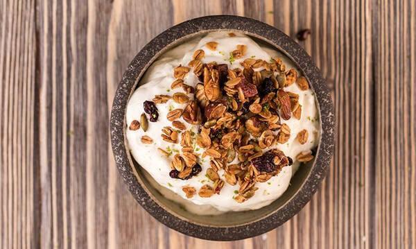 Μους γιαουρτιού με ξηρούς καρπούς - Δροσερό γλυκό για μικρούς και μεγάλους