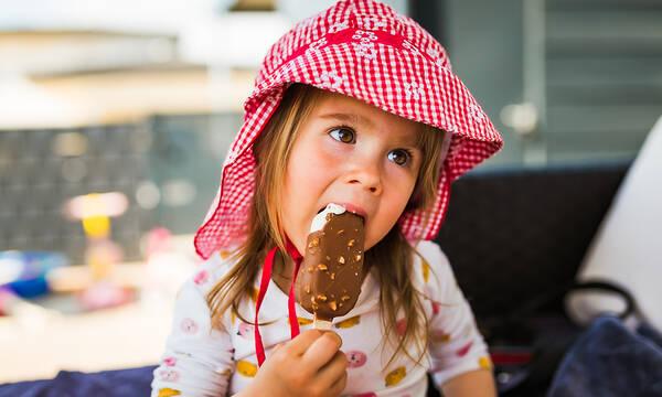 Πώς θα φτιάξετε παγωτό ξυλάκι για τα παιδιά με 3 υλικά μέσα σε 3 λεπτά