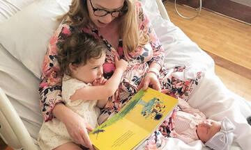 Αυτή η μαμά διαβάζει βιβλίο στην κόρη της ακόμα και στο μαιευτήριο