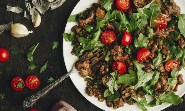Οι χορταστικές vegan σαλάτες που θα σε γεμίζουν ενέργεια