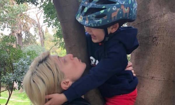 Σία Κοσιώνη: Φύτεψε φράουλες με τον γιο της και ιδού οι πρώτοι καρποί