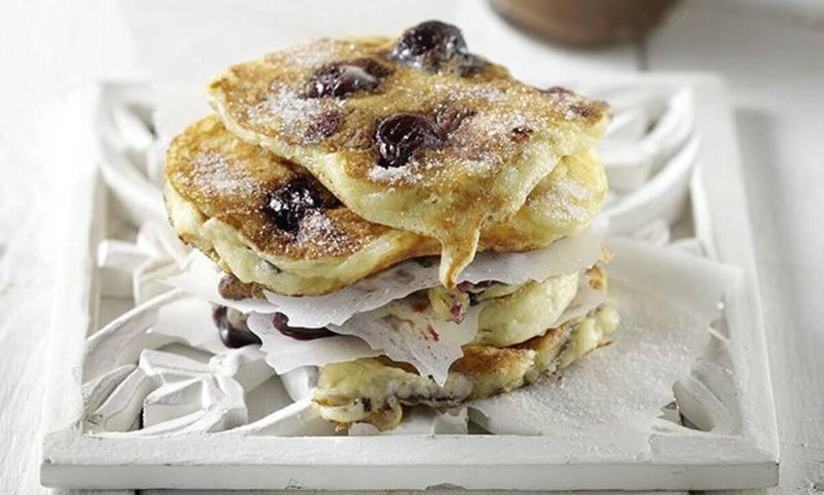 Πρωινό για παιδιά: Pancakes με κεράσια έτοιμα σε 20 λεπτά