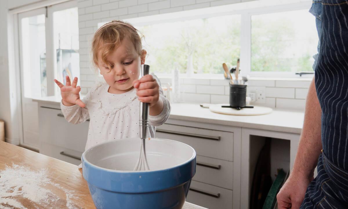 Μαγειρεύουμε παίζοντας: Φτιάξτε με τα παιδιά σοκολατένια μπισκότα χωρίς μίξερ
