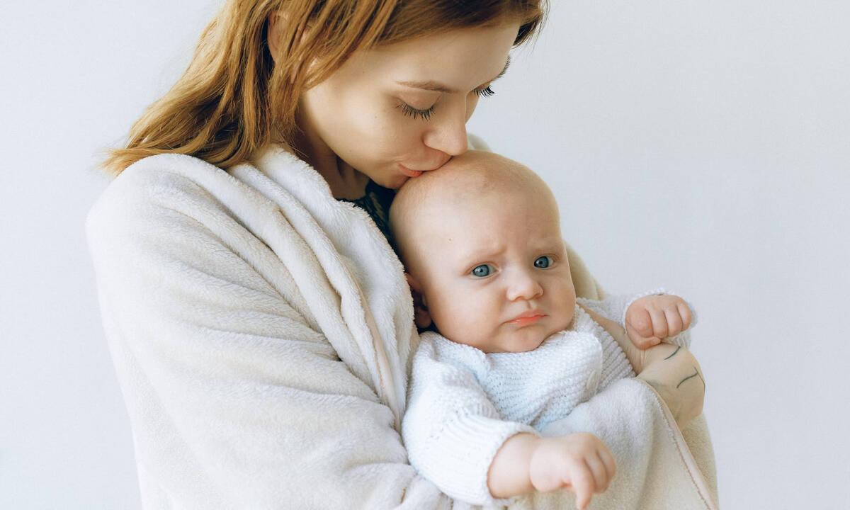 Μαμά εξηγεί πώς ο ερχομός του δεύτερου παιδιού την έκανε καλύτερη μητέρα