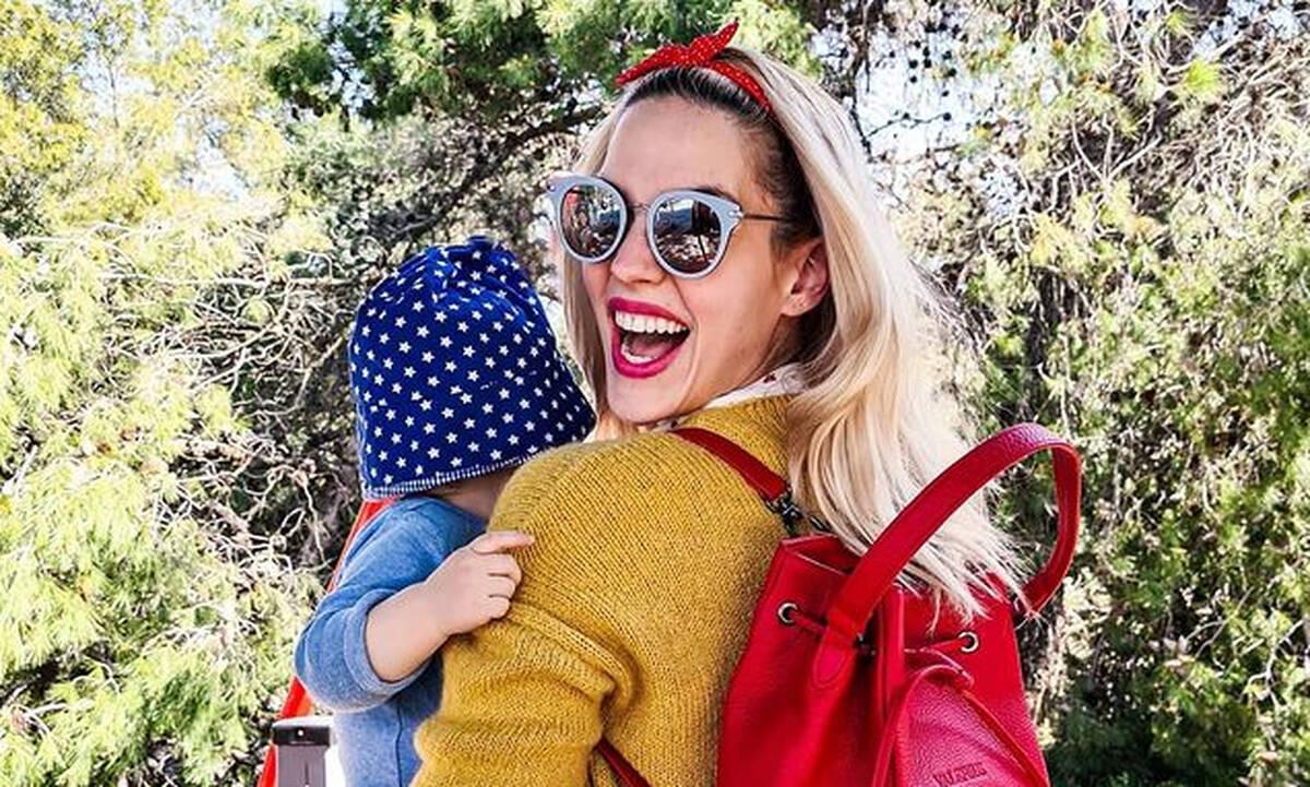 Μαντώ Γαστεράτου: Κάνει κούνια αγκαλιά με τον γιο της (pics)