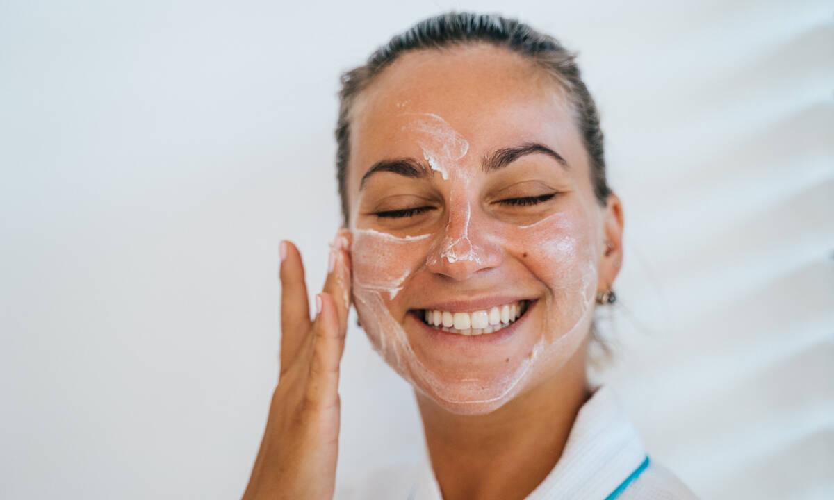 Face massage: Ο τρόπος για να διώξεις μακριά τις ρυτίδες με μερικές απλές κινήσεις (video)
